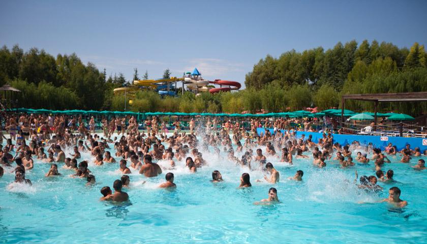 gente in piscina