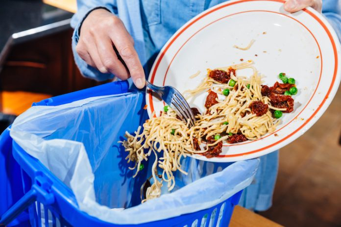 spreco-alimentare-cibo-buttato-nella-immondizia